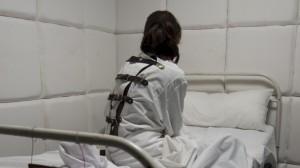 Pacient in camasa de forta