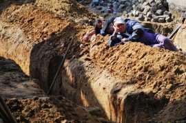 muncitori tragand chiulul