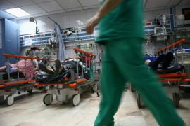 Mai multe cadre medicale au in grija pacienti adusi in stare grava in sala de garda a Unitatii de Primiri Urgente a spitalului Floreasca din Bucuresti, vineri 13 februarie 2009.