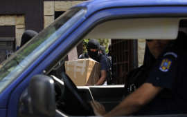 Un ofiter DGA duce probe dupa o perchezitie desfasurata intr-un dosar ce priveste inmatriculari ilegale de masini de lux, in Bucuresti, miercuri, 3 august 2011. RAZVAN CHIRITA / MEDIAFAX FOTO