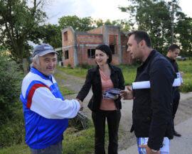 Roxana Iliescu si alegatori la Cheveresu Mare